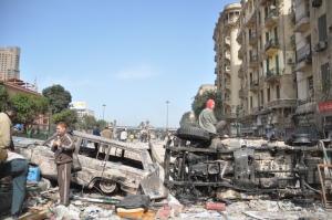 Baricada construita din masini incendiate Cairo 3 feb 2011 FOTO Cristian Botez
