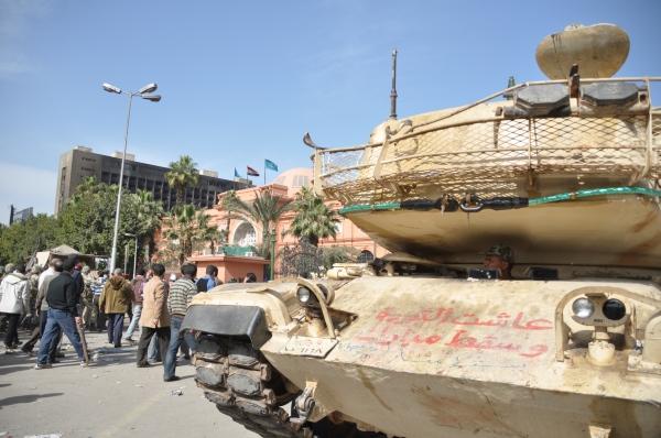 Tancuri in Tahrir Square 3 feb 2011 FOTO Cristian Botez